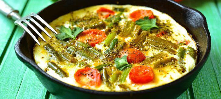 Schuimomelet met asperges en tomaten
