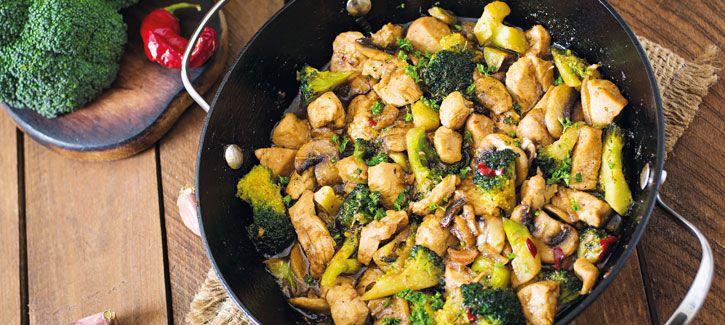 Roerbakkip met broccoli en champignons