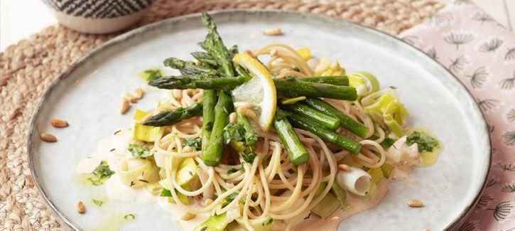 8. Romige spaghetti met gegrilde asperges en basilicumolie