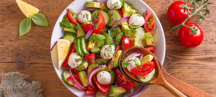 Salade caprese met avocado