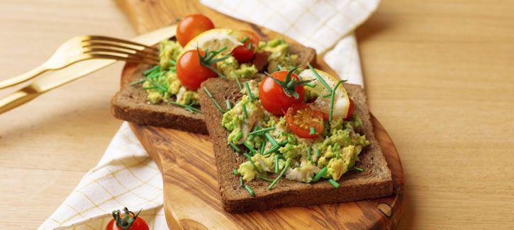 Sandwich met avocado-forelsalade