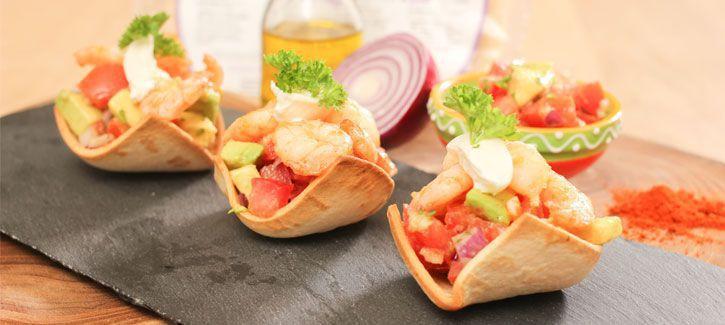 Wrapbootjes met salsa en gebakken garnalen
